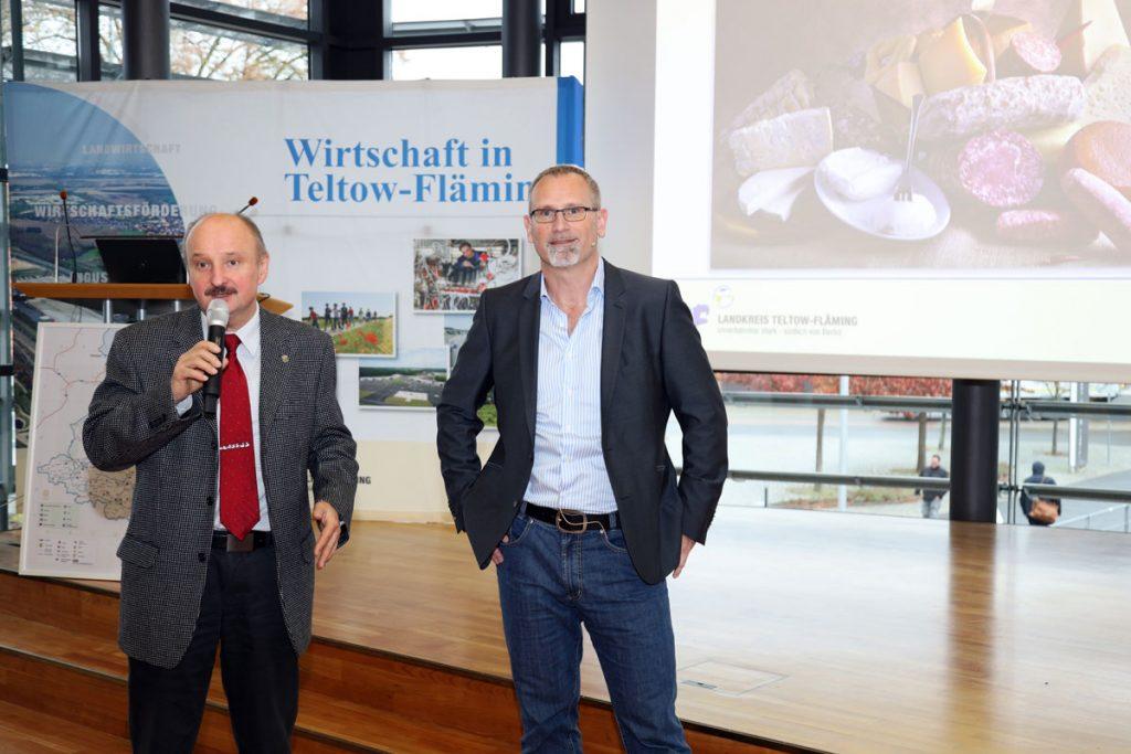 Siegmund Trebschuh (links) und Johann Meierhöfer begrüßen die Gäste
