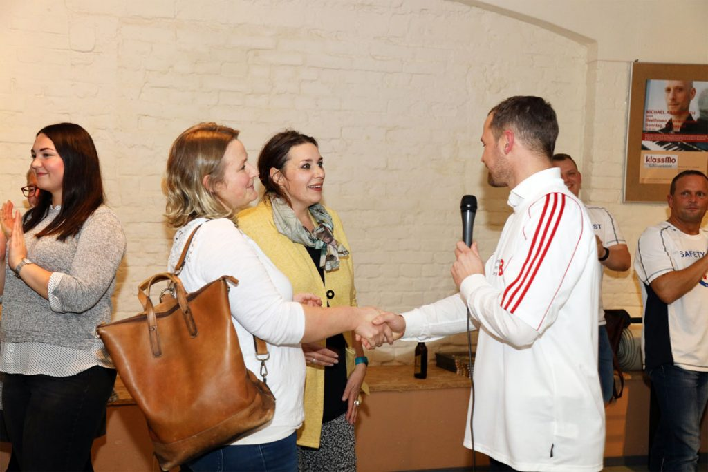 Tilo Hönisch beglückwünscht die Koordinatorinnen Ulrike Sieling und Friederike Schneider über die Spende an ihren Verein (von rechts)