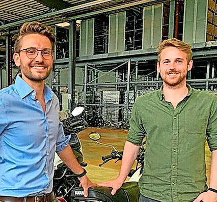 Die Global-Moto-Parts-Geschäftsführer Niklas Priddat (rechts) und Paul Riemann.