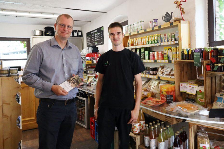 Jörg Martin (links) und Phil Hartmann im Bio-Hofladen