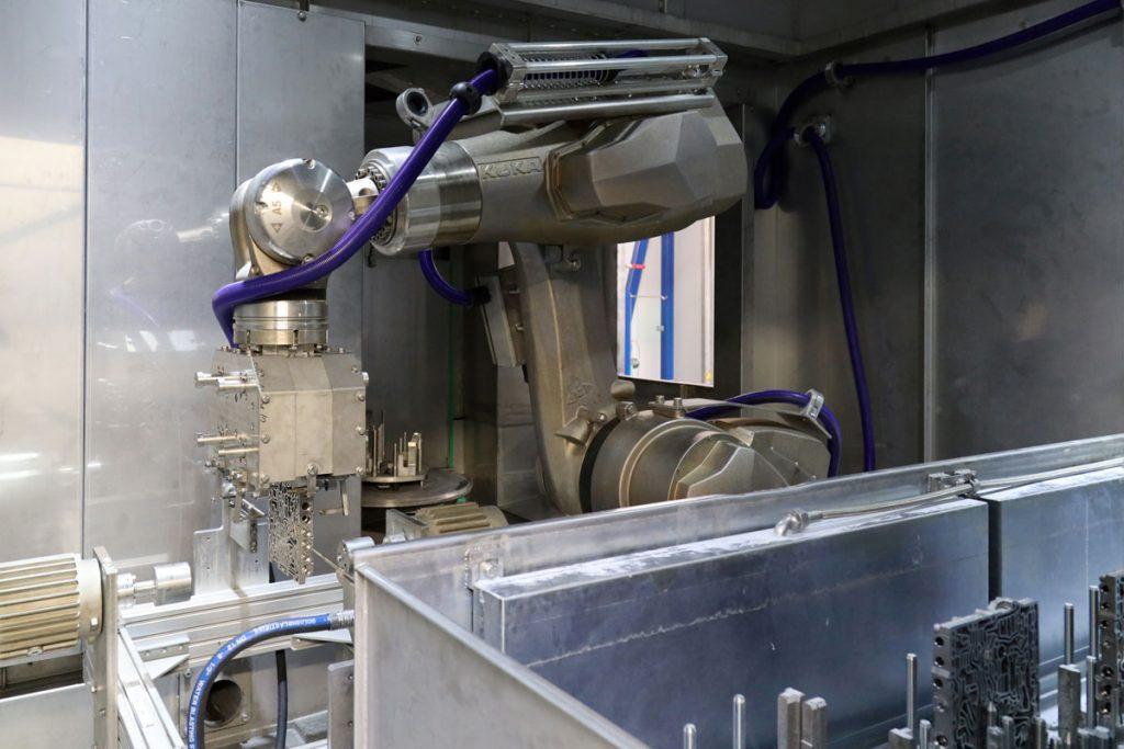 Ein Roboter bewegt die zu reinigenden Teile