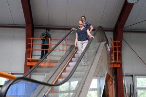 Die Versuchs-Rolltreppe in der Halle wird gern getestet