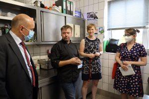 Daniel Glinga-Gutwald (2. von links) leitet den Hof unterstützt durch seine Frau Andrea Gutwald